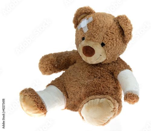 Bär mit Verband nach einem Unfall #42273618