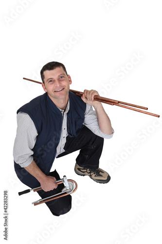 Fényképezés  Man bending copper tubes