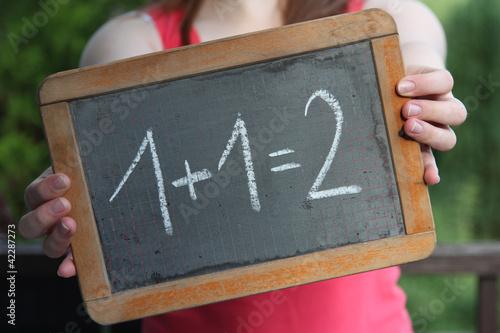 alte Schultafel mit Kreideschrift '1+1=2'