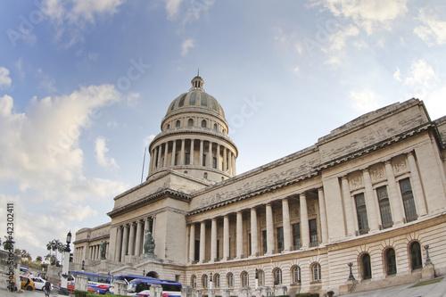 Fotobehang Cubaanse oldtimers the capitolio building in the centre of havana, cuba