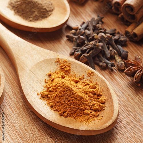 ziola-i-przyprawy-na-drewniane-tla