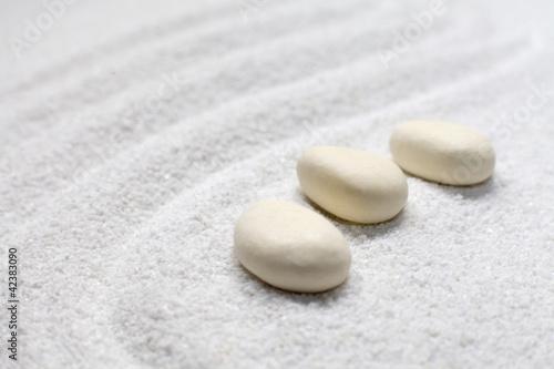 Photo sur Plexiglas Zen pierres a sable trois cailloux sur sable fin