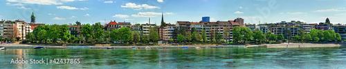 Poster de jardin Ville sur l eau Prise de vue panoramique sur le Rhin traversant Bâle, Suisse.