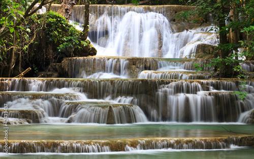 Fototapeta wodospady kaskada-wodna-w-lesie