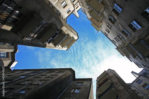 stare-budynki-i-niebo-rama-vintage-granicy-w-warszawie