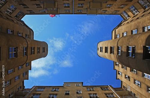stare-warszawskie-budynki-i-niebo-rama-granica-rocznika