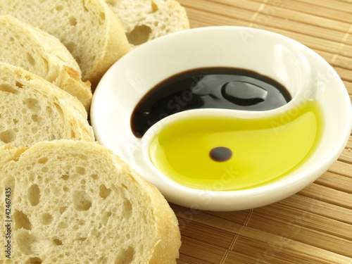 Photo  Olive oil with baguette