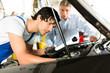 Kunde und Mechaniker an Auto schauen unter Haube