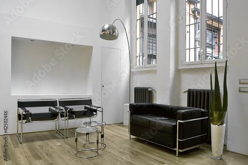 Moderno soggiorno con poltrone e divani di pelle nera u kaufen sie