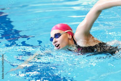 Foto-Schmutzfangmatte - young girl swims freestyle in the pool (von yanlev)