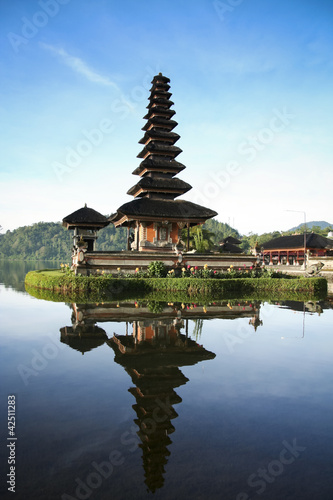 In de dag Bali Lake Temple Bali Blue Dawn Sky