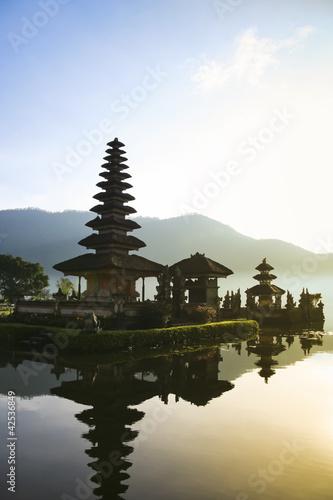 Foto op Plexiglas Indonesië balinese lake temple dawn bali indonesia