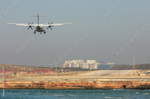 Photo sur Aluminium Moyen-Orient Passenger airplane landing on runway.