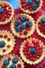 Fototapeta Do gastronomi Cupcake with fruit