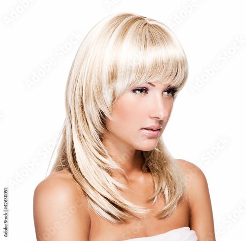 zmyslowa-mloda-piekna-kobieta-z-blond-dlugimi-wlosami