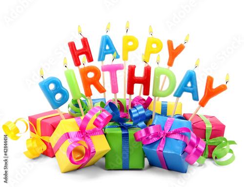Photo  Brennende Happy Birthday Kerzen mit Geschenken
