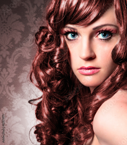 elegant woman with brown curly hair / haircolors-16