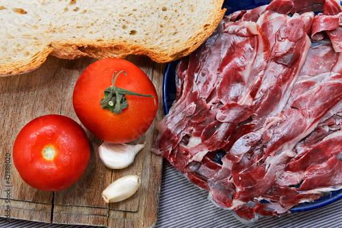Foto  Iberian Ham with tomato bread and Garlic