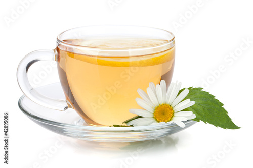Staande foto Thee Cup of tea with lemon slice, mint leaves and chamomile flower