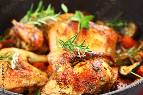 Tuinposter Kip Grilled chicken on vegetables