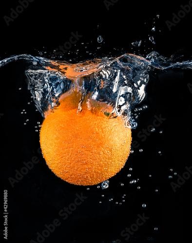 Poster Fruit Refrescante Naranja sumergida en agua