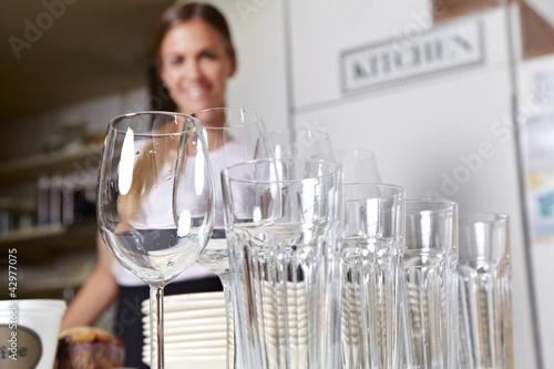 Fotografia  Gläser und Geschirr vom Partyservice