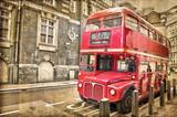 Czerwony autobus na postarzałej fotografii