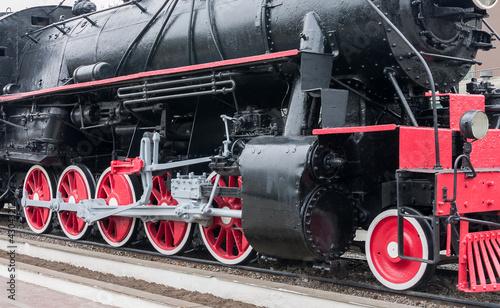 Poster Rouge, noir, blanc Steam train wheels.