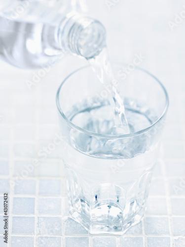 Fotografie, Obraz  Verser de l'eau dans un verre