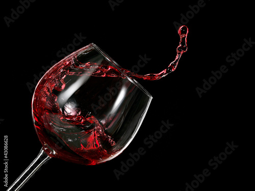 Poster Rouge, noir, blanc Red wine up from a glass