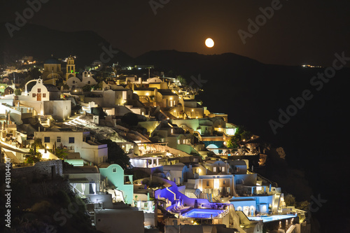 Photo Stands Full moon Oia village ,Santorini island, Greece