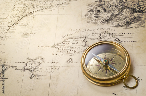 Foto op Plexiglas Retro old compass and rope on vintage map 1732