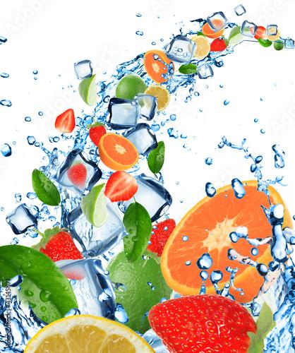 swieza-owoc-w-wodnym-plusnieciu-z-kostkami-lodu