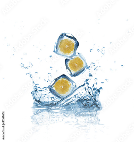 Poster Eclaboussures d eau Lemons in ice cubes splashing into water