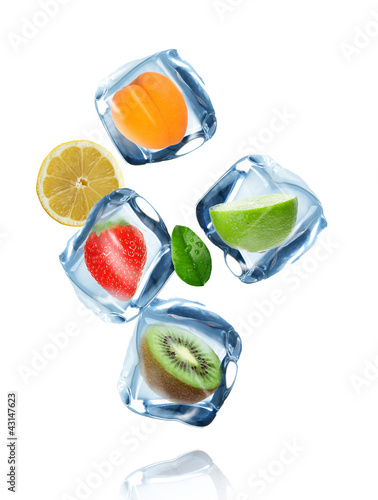 Poster Eclaboussures d eau Fruit in ice cubes in motion