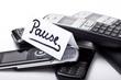Stapel Telefone und Nachricht mit dem Wort Pause