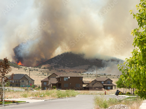 Photo Wild fire or forrest fire endangers neighborhood