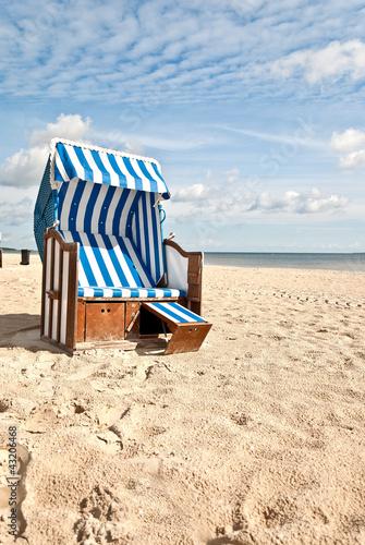 Foto-Leinwand - Sommerstrandkorb hochkant (von Superhasi)