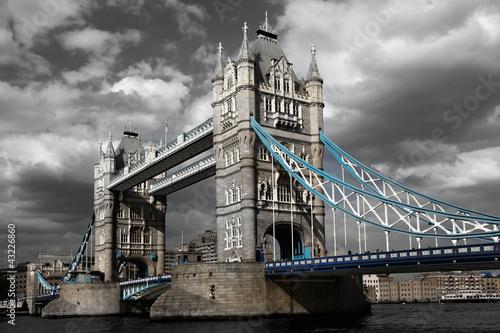 slawny-wierza-most-w-londyn-anglia