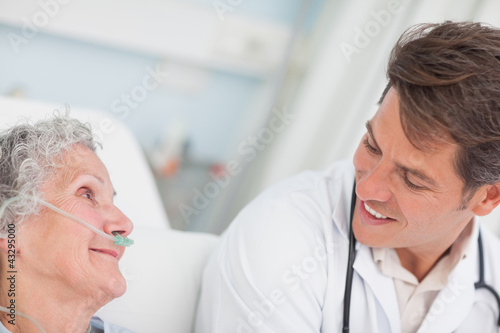 Photo Close up of a doctor looking at a patient
