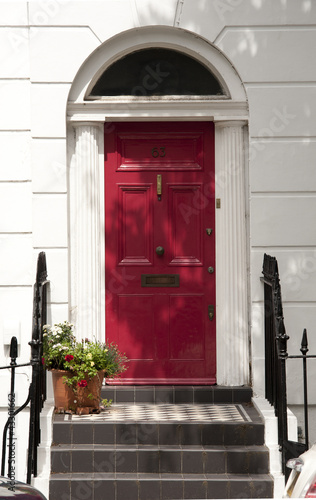 tradycyjne-czerwone-drzwi-wejsciowe-domu-w-londynie