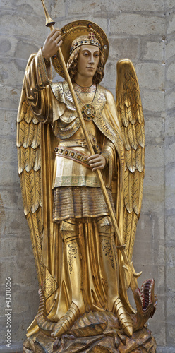 Obraz na plátne Brussels - Saitn Michael the archangel statue from cathedral