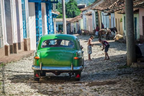 Türaufkleber Autos aus Kuba circulation dans vieille rue cubaine