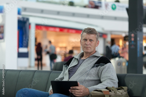 Fototapety, obrazy: male traveler with  laptop  with expectation of  flight