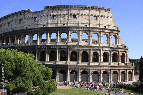 Papiers peints Con. Antique Colosseum of Rome with blue sky, Italy