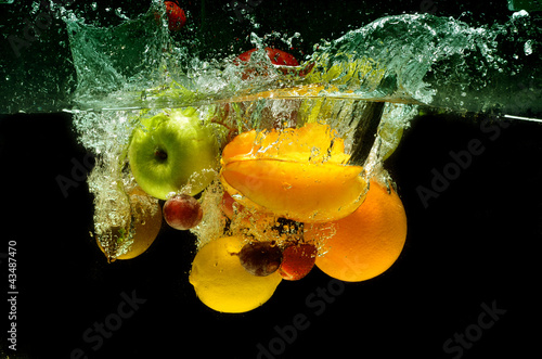 Poster Eclaboussures d eau Fruit and vegetables splash into water