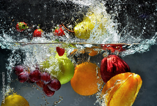 Ingelijste posters Opspattend water Fruit and vegetables splash into water
