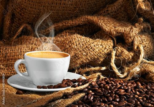 filizanka-na-tle-ziaren-kawy