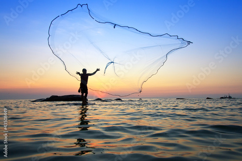 Cadres-photo bureau Peche throwing fishing net during sunrise, Thailand