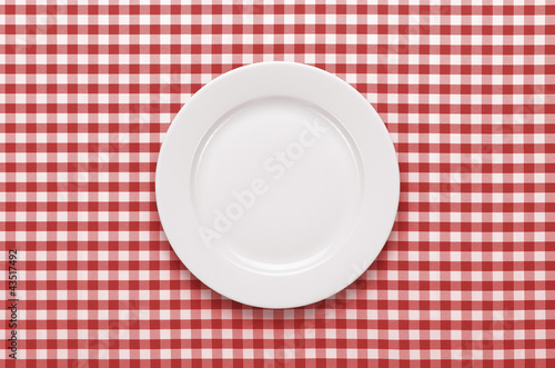 pusty-talerz-przy-klasycznym-obrusie-w-kratke